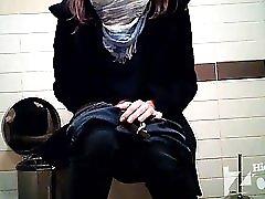 Girls Go Pee In A Public Wc 54