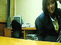 Secretaria Coguiendo En La Oficina