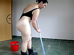 Carlota La Alemana Refriega Su Piso Cer Mico!